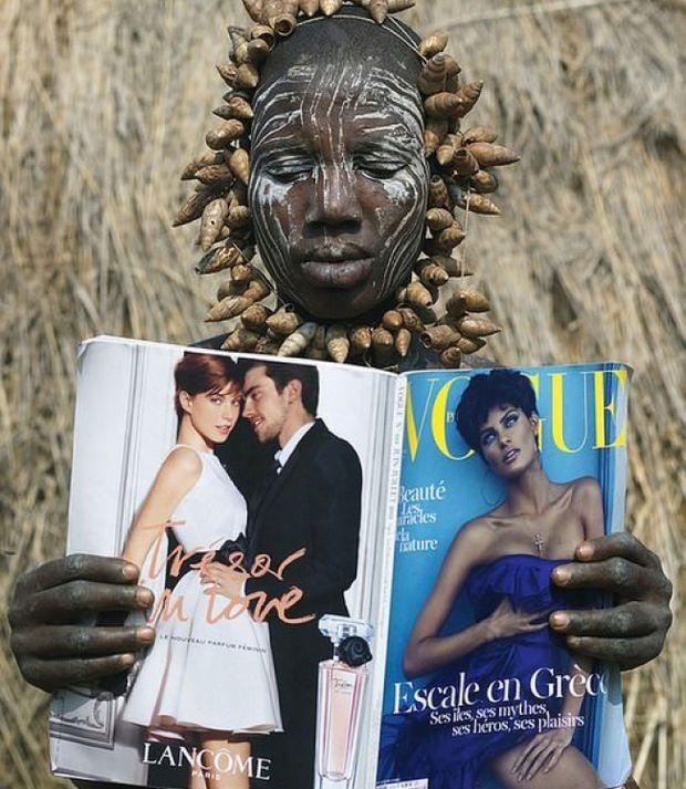 Une femme de la tribu Mursi en Ethiopie découvre pour la première fois un magazine Vogue