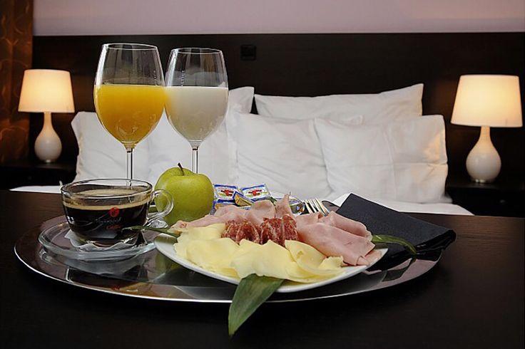 Rádi si přispíte a snídani chcete až do postele? Stačí říct. V Pytloun Design Hotelu**** vše  připravíme k Vaší spokojenosti. #pytloun #liberec #accomodation #hotel #room #bedroom #breakfast #bed #lazymorning #goodmorning #designhotel