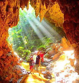 西表島で神秘の鍾乳洞探検・ケイビング&カヌー秘境の滝巡りを体験しよう!西表島ケンガイドおすすめ鍾乳洞探検ツアーで女子旅行・家族旅行・学生旅行アクティビティ体験、カヌーでマングローブ&ケイビングで秘境パワースポット滝巡り!本物の島旅アクティビティ体験を。