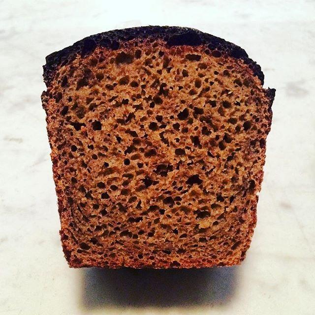 Det lär finnas lika många gotlänningar som recept på Gotlandsbröd. Vi tolkar Gotland med en kaffeskållning, siktad råg, lantvete, pomerans/anis/fänkål, mörk sirap och farinsocker. Pomeransens sötma och lilla beska, lakritstonerna, karamelliseringen. Bara så ni vet: vi har öppet idag kl.10-15#eatryeordie #warbrokvarn #gotlandsbröd #dropcoffee #artisanbread #allahelgonaöppet