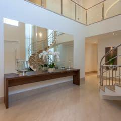 Pasillo, hall y escaleras de estilo  por Designer de Interiores e Paisagista Iara Kílaris