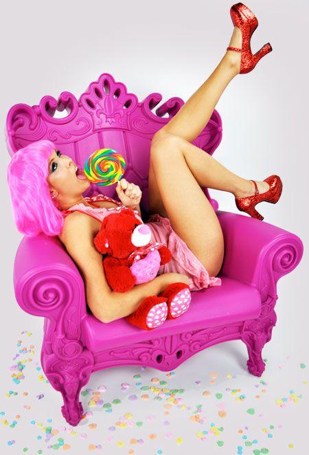 Des fauteuils et accessoires de style louis XV revisité par Linvin, un éditeur italien. Couleurs flashy et matériaux respectueux de l'environnement, la ligne Queen of Love est parfaite pour tous les fans de la culture pop. http://www.world-of-design.info/deco-design-deco-interieur/fauteuils-queen-love-flashy-design