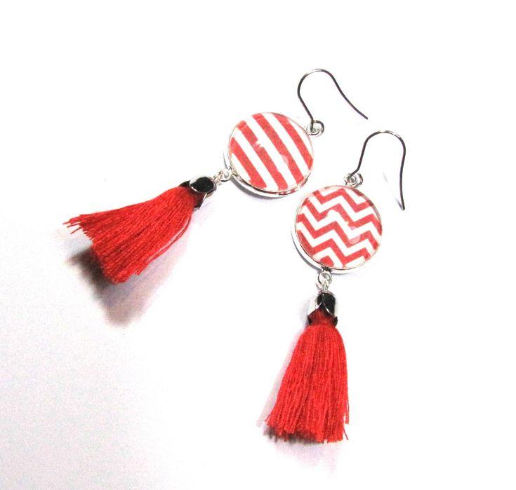 Boucles d'oreilles cabochons,rayures rouges, pompon rouge de la boutique Mayajewels sur Etsy