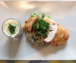 Hähnchenbrustfilet mit Selleriepürree und Kapern-Zitronen-Sauce dazu Möhren-Porreegemüse