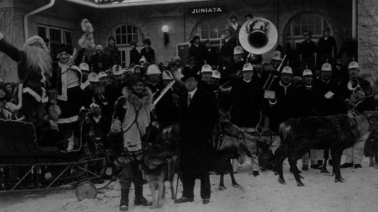 <strong> REINSDYR: </strong> Visste du at norske samer fant på historien om at nissen kjører slede med reinsdyr? Dette bildet er fra en parade i delstaten Pennsylvania i USA. Norske samer og reinsdyr var med i paraden. Vi vet ikke hvilket år bildet er fra.
