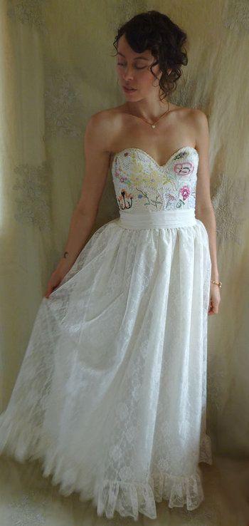 真っ白なドレスにカラフルな刺繍のドレス。好きな柄や色の刺繍をちりばめて個性的なウエディングドレスとなりそうです。