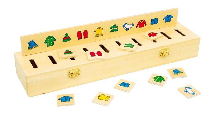 www.malinowyslon.pl Bawi, uczy i rozwija. Pudełko do sortowania obrazków Ładna skrzyneczka z 5 wkładanymi listwami i 50 drewnianymi płytkami o różnych motywach. Drewniana zabawka ucząca rozpoznawania kształtów i kolorów. Wkładane listwy przedstawiają figury geometryczne, kolorowe motywy, liczby. Zabawa polega na tym, aby drewniane płytki przez otworek włożyć do odpowiedniej przegródki w skrzynce.