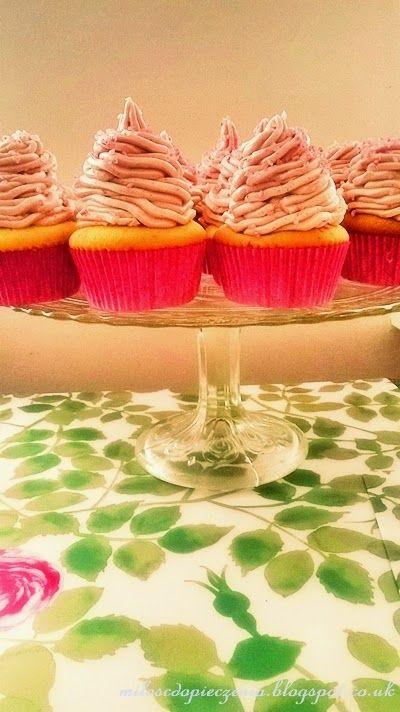Śmietankowe cupcakes z malinami i waniliowym maślanym kremem