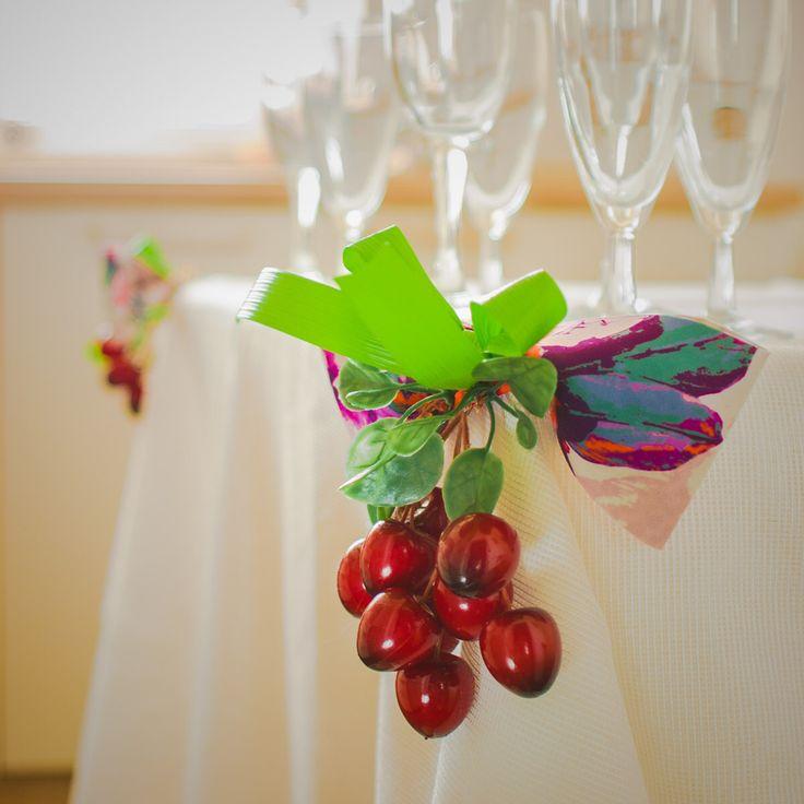 Проявите фантазию и вместо унифицированных зажимов для скатерти придумайте новое декораторское решение! Мы сделали романтичные банты и украсили игривыми, декоративными вишнями. Фото и стиль Лиза Эшва. Вишня декоративная «FloraViola». #FloraViola #цветы #декор #вишня #декорстола