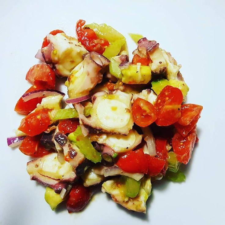 Ed oggi… INSALATA DI POLPO! Un piatto sfizioso e facile da preparare.. Tempi di preparazione: 60 minuti Ingredienti per quattro persone: – una polipo decongelato; – una gamba di s…
