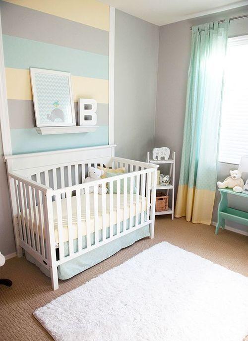 quarto de bebê decorado, parede de listras cinza, amarelo e azul, breço branco, tapete branco