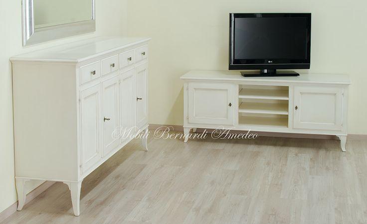 Credenza 4 ante e mobile porta Tv in legno massello con finitura bianco avorio anticato.