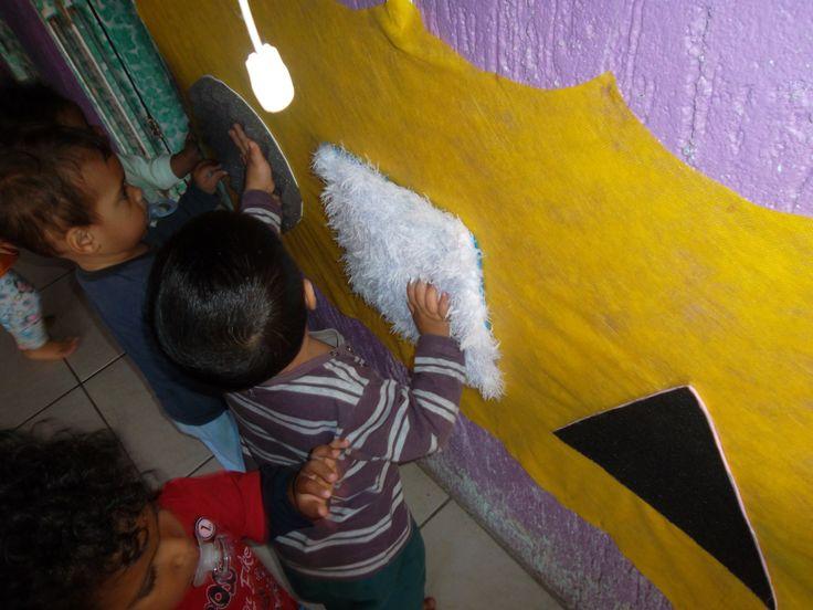 Desde pequenos, as crianças devem ser estimuladas e devem aprender sobre seus diferentes sentidos. Uma atividade prática para desenvolver com as crianças, é estimular o tato, através de um painel simples, porém muito eficiente e que as crianças adoram. É bem fácil de fazer, basta você ter diferentes materiais, como espumas, grama sintética, veludo ou … Continuar lendo Painel Sensorial Tátil – Berçário II – Profa. Rejane Rodrigues