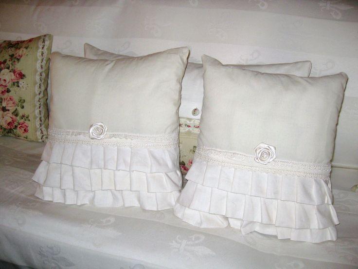 cuscini bianchi con balze