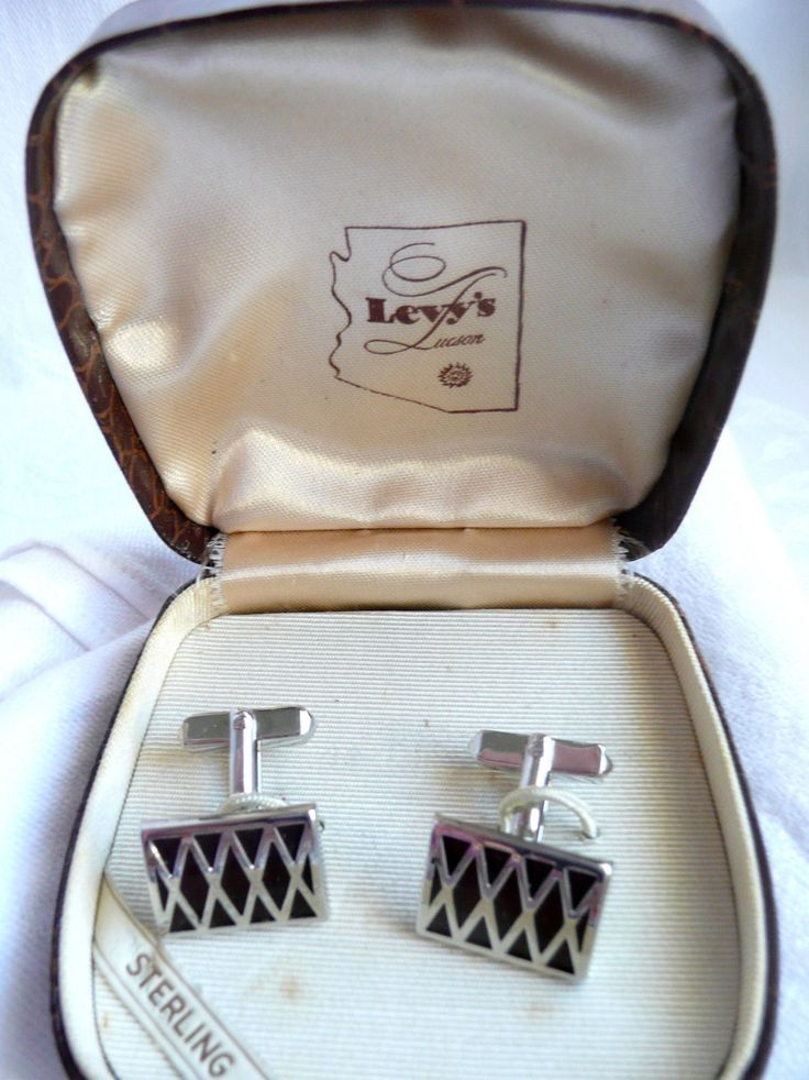 "Botões de punho em prata inglesa,estojo original The cuff links are in their original satin-lined case from Levy's Jewelers in Tucson, AZ. They are marked ""STERLING"" and signed ""SWANK."""