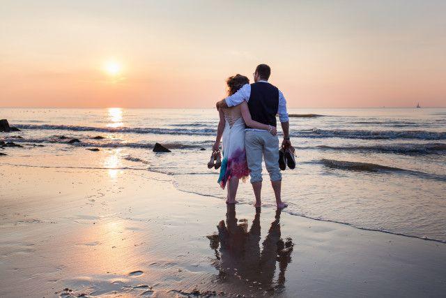 Credit: FloorFoto - zonsondergang, strand (kust), waterlichaam, zee, oceaan, zon, dageraad, kust, zand, reizen, val (uur), romance (relatie), vooravond (dag)