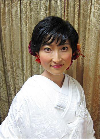 ショートヘアーで和装もステキ♥白無垢に赤いお花で | 素敵大好き ... ショートヘアの新婦さま