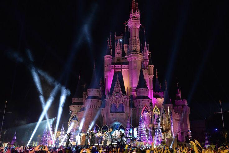 O espetáculo anual - Disney ParksMagical Christmas Celebration - será tansmitido no próximo domingo, 25 de dezembro de 2016 (10:00 a.m.–12:00 p.m. EST), pela rede de televisão americana ABC e também pelos aplicativos da ABC e do Disney Channel. Os apresentadores deste ano são Julianne e...