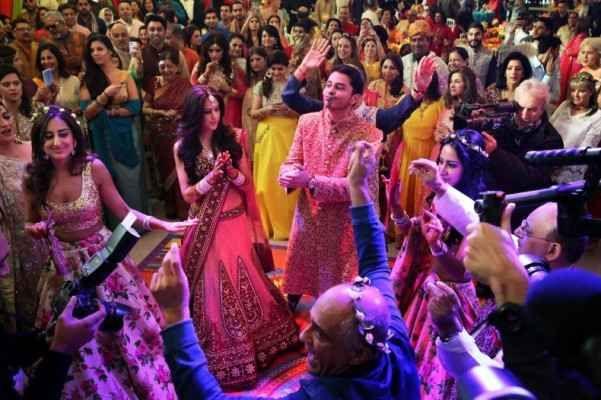 Matrimoni in India: stop agli sprechi Il governo del Jammu e Kashmir ha varato una serie di norme finalizzate alla riduzione degli sprechi che si fanno in occasione dei matrimoni. Gli abitanti dello stato in questione dovranno, dal primo #sprechi #matrimoni #india