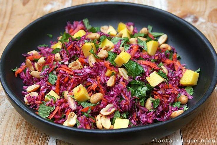 """Pinda's zijn eigenlijk niet rauw, maar toch heb ik ze gebruikt in deze """"raw salad"""". Met name omdat ik ze gewoon ontzettend lekker vind, ik z..."""
