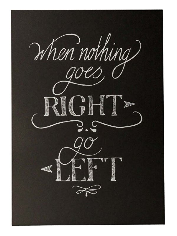 Kaart When nothing goes right go left.When nothing goes right go left. Een hand gezeefdrukte ansichtkaart op zwart papier met witte tekst.