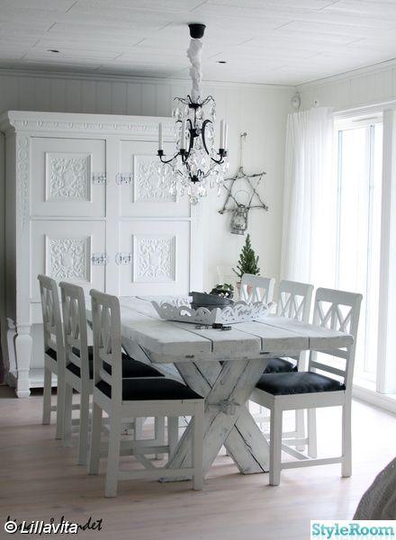 rustikt bord,matgrupp,kristallkrona,matsal,vitt och svart