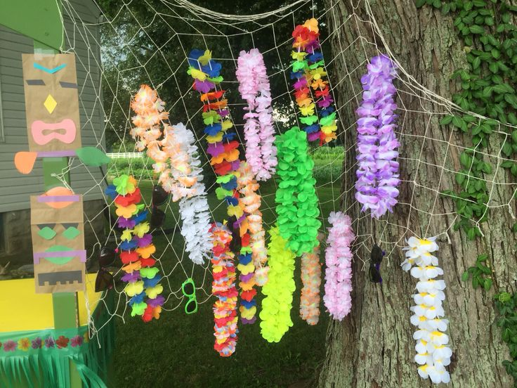 Fish netting lei display with sunglasses for souvenirs