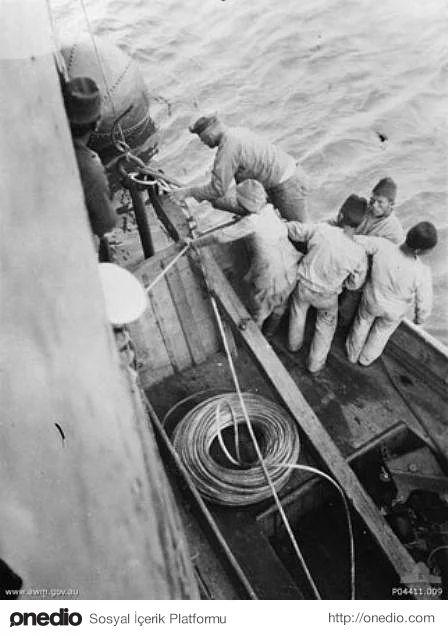 Hiç Görmediğiniz 18 Fotoğraf ile Çanakkale Savaşı. Türk donanması denize mayınlarla döşerken görüntülenmiş