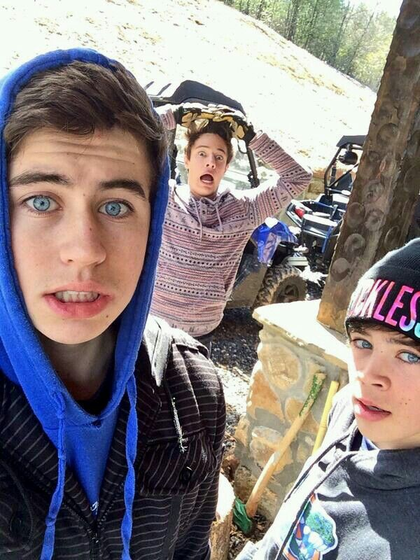 Hey I'm Nash Grier by best friend is Cameron Dallas my bro Hayes Grier I'm a YouTuber and viner I'm single so yeah