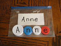 Name bags. Prénom# en maternelle#. Chaque sac contient un prénom et ses lettres en bouchons (ou autre).