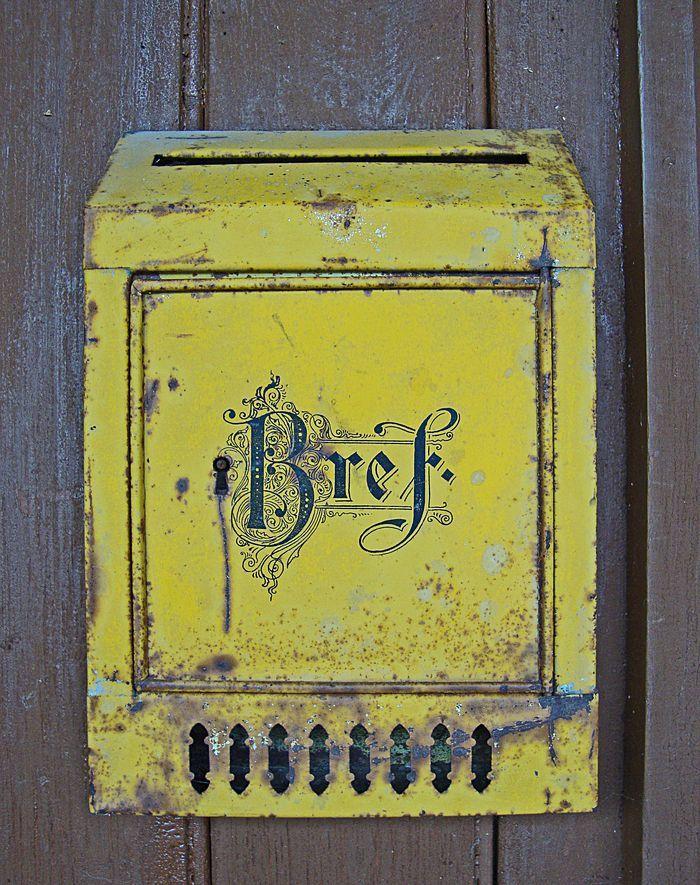 Gammal brevlåda / old mail box