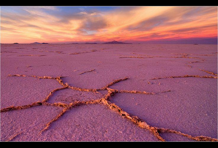 Соленая Звезда Соленого Озера Уюни.. Эту фигуру я сфотографировала год назад,на соленом Озере Уюни. Самый закат,и соль отражает цвет неба-т.е. розовый цвет самый настоящий))))  приятного просмотра! #боливия #альтиплано #салар де уюни Автор: Виктория Роготнева