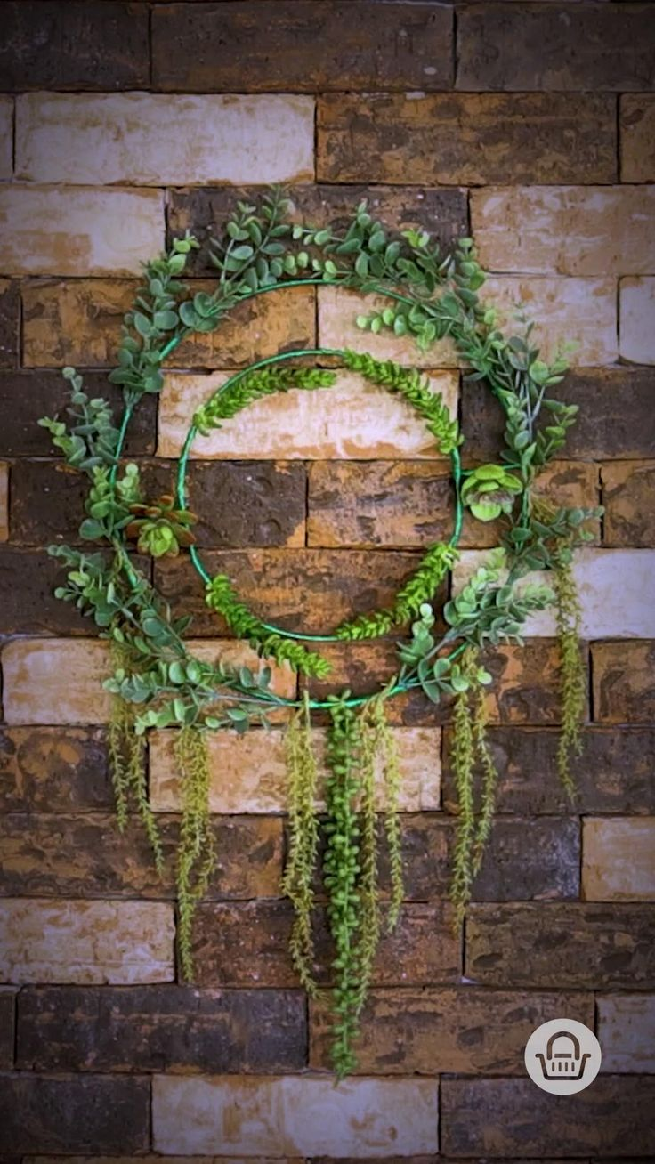 Sólo necesitas un aro de metal o madera, listón verde, pegamento y suculentas artificiales para crear un adorno increíble. ¡Se verá súper en cualquier puerta!  #InspírateEnCasa Original Gifts, Up Halloween, Grapevine Wreath, Unique Products, Art For Kids, Art Projects, Succulents, Floral Wreath, Wreaths