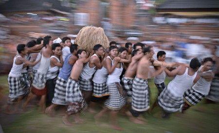 """Agus Kurniawan Putra: Perang Jempana merupakan ritual cengkrama para Dewa yang dilaksanakan saat perayaan Hari Raya Kuningan, yaitu serangkaian perayaan kemenangan """"Dharma"""" (kebenaran) melawan """"Adharma"""""""