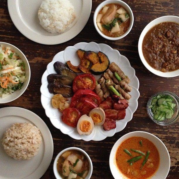 ひき肉カレー、レッドカレーで夏野菜セルフのせ、大根と麩の味噌汁、コールスロー、きゅうりの塩もみ。 カレーの夏野菜セルフのせは @namasayasaya さんのアイデアいただきました♡ - @hrk_hsmr- #webstagram