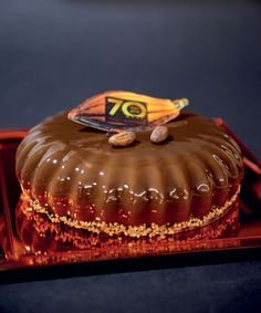 Perla nera: bisquit al cioccolato, croccantino al gianduia, spuma al mascarpone fava di tonka e grue di cacao, cremoso al gianduia, mousse al cioccolato, glassa a specchio