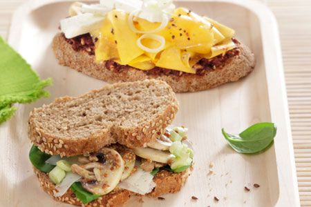 Σάντουιτς με μαύρο ψωμί, µανιτάρια και γραβιέρα.