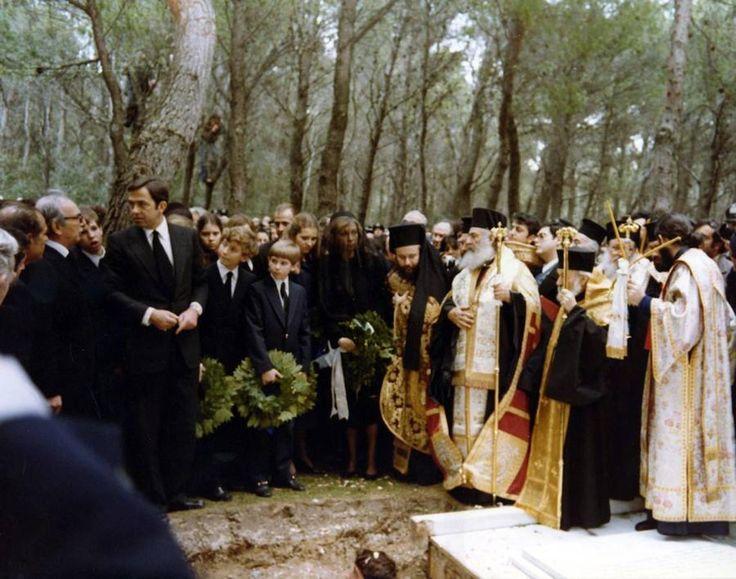 Entierro de la Reina Madre Federica, en la finca de Tatoi, en febrero de 1981. En la imagen, se distinguen, el Rey Constantino de Grecia, la Reina Sofía, el príncipe de Asturias y la Infanta Elena. Detrás, el Rey Don Juan Carlos