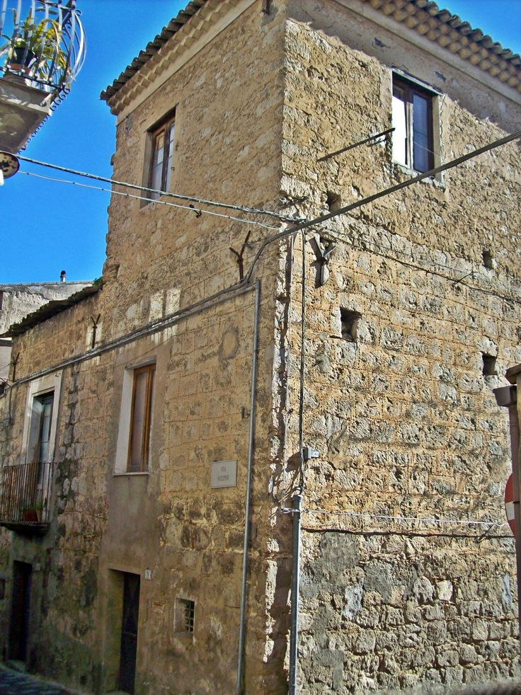 Casa Museo via Filippo Turati 87. Una casa con caratteristiche etno-antropologiche gestita dall'Associazione Valguarneresi nel Mondo.