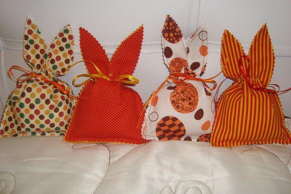 Saquinho em formato da orelha do coelho, confeccionado com tecido em algodão. Diversas estampas. VALOR DA EMBALAGEM.  Espaço do saquinho 11X9 cm. Consultar estampas disponíveis. ABERTURA COM 4 CM. R$ 2,99