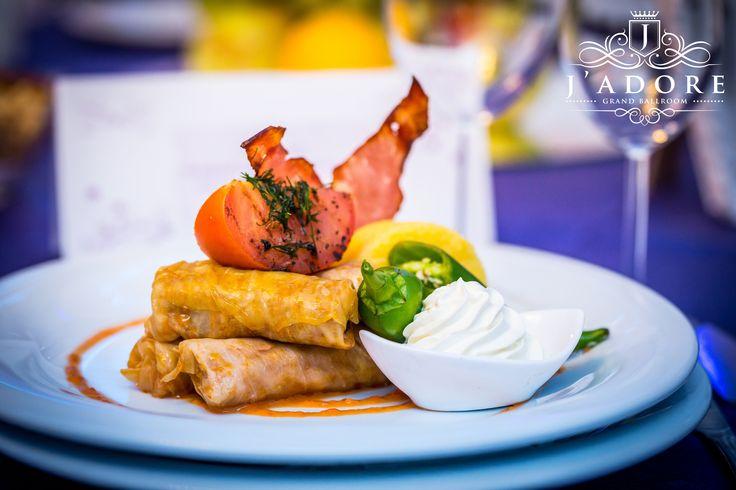 O pata de culoare in fiecare farfurie! Preparate culinare de inalta clasa. Misterul si pasiunea pentru gatit se lasa descoperit in fiecare preparat. Credem cu tarie ca poti simti cu adevarat ce inseamna o mancare buna. Specialitatile culinare pe care vi le oferim multumesc chiar si cele mai rafinate gusturi. J'adore Grand Ballroom ➡️ www.jadore-ballroom.ro ☎️ 0761 280 642 ; 0747 999 998 📧 contact@jadore-ballroom.ro