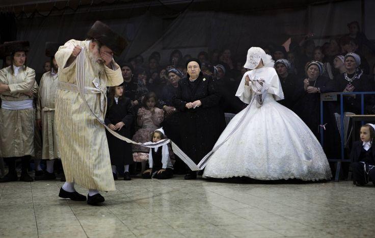Un matrimonio ebraico ortodosso nel quartiere di Mea Shearim, a Gerusalemme. (Menahem Kahana, Afp)