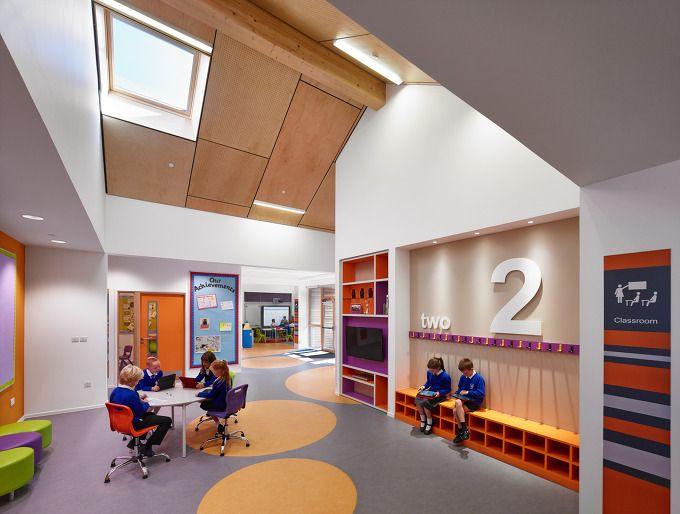 새로운 초등학교 프로젝트는 지역적 특성과 현대적 디자인의 조화로운 하모니를 통한 열린 교육창출을 목표로 한다. Ayrshire 남부, 풍부한 자연환경 그리고 현대 교육공간에서 요구되는 조건들과의 합리적인 통합은 독립적인 형태로 연속된 전원 속 농장건물의 현대적 재해석 과정을 통해 발현된다. 연속된 박공지붕 및 연접된 공간의 선형적 특징과 오픈 공간은 폭 넓은 커뮤니티 장의 구축과 열린 교육공간을 확보하며 새로..
