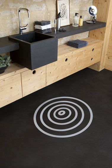 Paint tiled bathroom in black. Here a set of original colors made with a spiral painted gray on a black paint forms a floor mat in front of the sink. v33