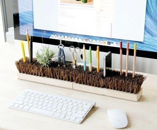 Обычная щётка решит вопрос организации пространства на рабочем столе