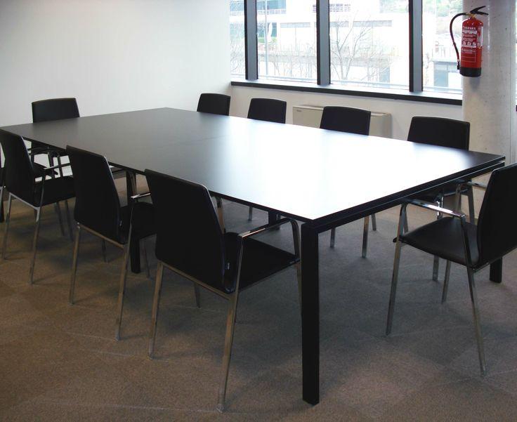 Mesa de reuniones de linea recta con sillas compuestas por una estructura metálica