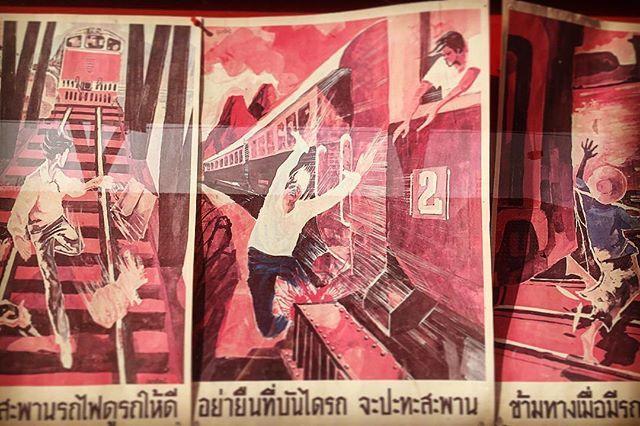 この画力 素晴らしい絵師 端から端まで全部見た タイ国鉄の注意喚起ポスター 素通りしてるタイの学生より私の方が学習した あれこれ実は手中に嵌ってるのかしら  本来と違うところに注目してしまい すまないとちょぴっとだけ思う  どんなシチュエーションだかおわかりいただけただろうか 鉄道はみんなの道であり休憩場所であり 遊び場なタイです前提として 日本からは考えられないほど隙がありまくり タイ国鉄利用時はこちらを参考にお気をつけください でもこんなにアレじゃないと思うんだけどな タイは絵で表現してるだけまだ良いさ  どう見ても私には 岡田あーみん的なシュールな絵にしか見えない      #thailand #trip #poster #design #retro #タイ #旅 #シュール #レトロ #紙もの #デザイン #タイ国鉄  #ポスター #タイ語