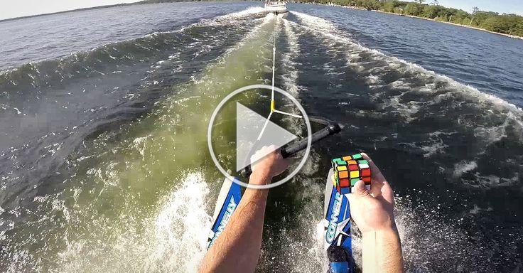 Overskuds-fyr løser Rubiksterning, mens han står på vandski