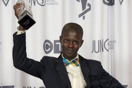 Karim Ouellet portait son noeud papillon en madras #ColoréDesign, quand il a remporté le trophée de l'album francophone de l'année aux Juno hier.