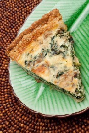 Esta deliciosa receta de quiche de espinaca y champiñón está hecha con una base de masa de hojaldre.